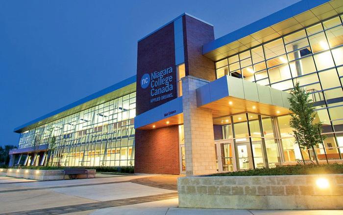 Niagara College 公立カレッジのキャンパスエントランス