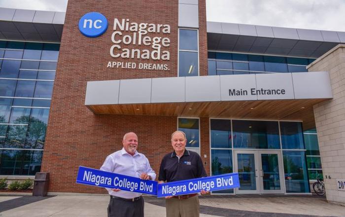 Niagara College 公立カレッジのキャンパスとバナー