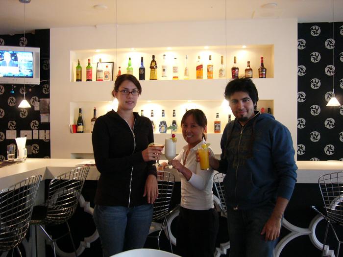 カレッジ正規留学 トロント 仲間と日本酒 Reiさん