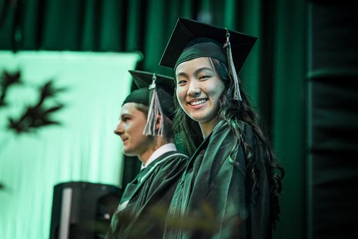 アボツフォード教育委員会 笑顔で卒業式を迎える