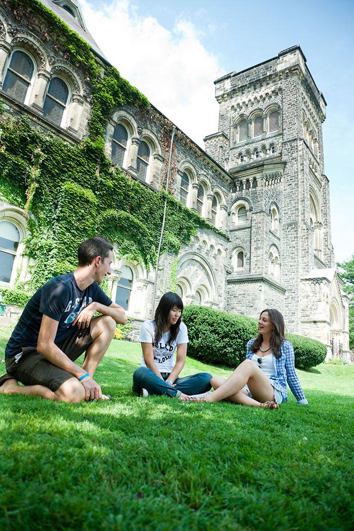 トロント大学(University of Toronto)を楽しむ学生