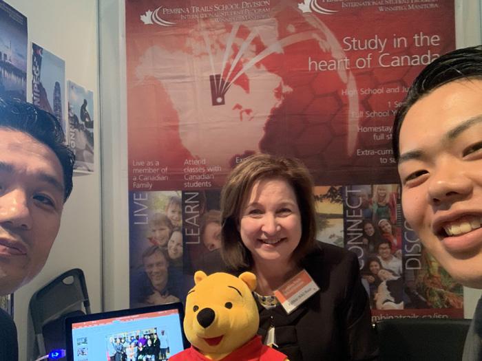 カナダ大使館フェアでキキさんと