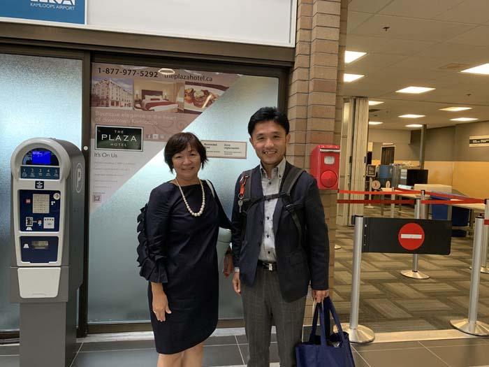 空港到着時のRikaさんとピュアカナダ代表の小谷