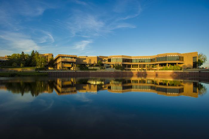 レイクヘッド大学サンダーベイキャンパスの外観