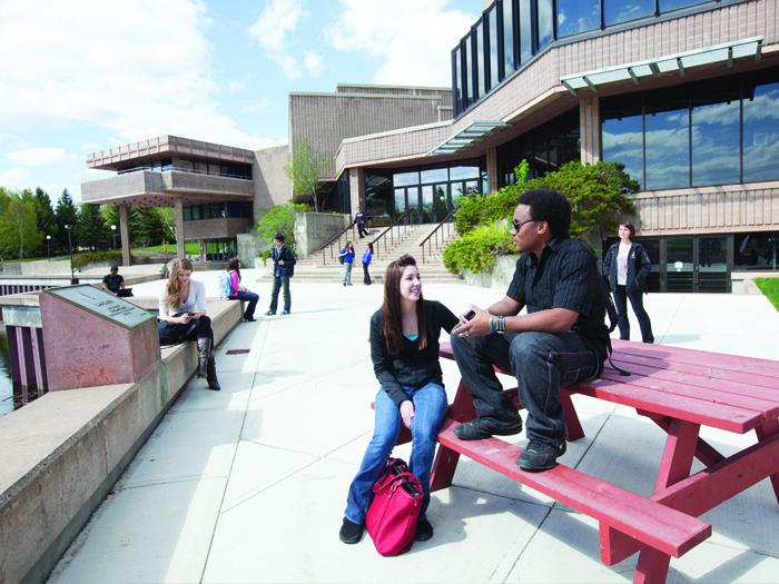 レイクヘッド大学のキャンパス風景